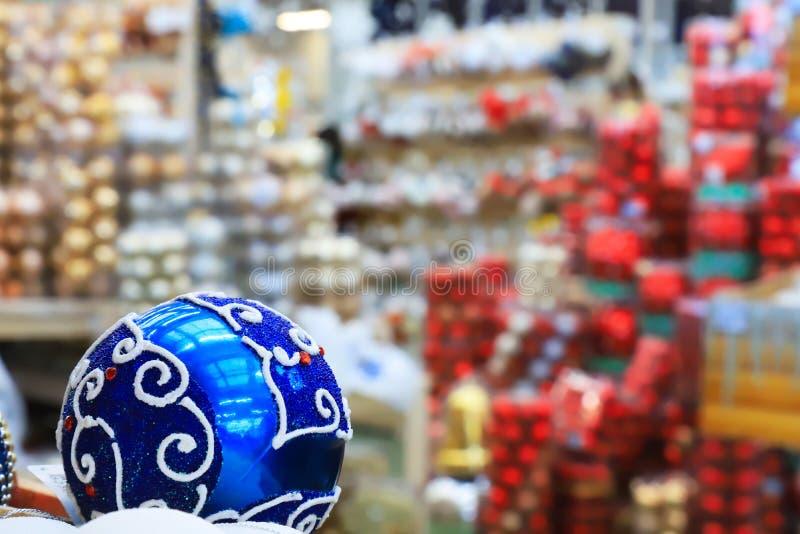 Immagine vaga delle decorazioni del nuovo anno e di Natale nel deposito, nella palla blu e nelle palle in scatole, fondo defocuse fotografia stock