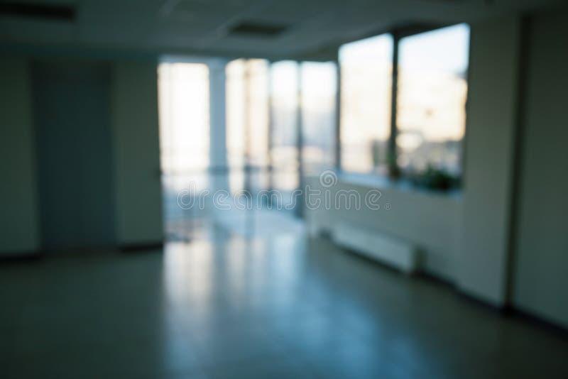 Immagine vaga di un corridoio in un centro di affari moderno fotografia stock