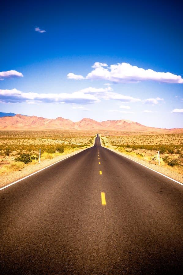Immagine vibrante della strada principale e del cielo blu immagine stock