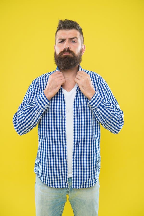 Immagini che abbia cravatta a farfalla Modo della barba e concetto del barbiere Fondo giallo della barba barbuta dei pantaloni a  fotografia stock libera da diritti