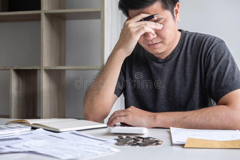 Immagini del marito sollecitato che utilizza calcolatore a calcolare le fatture della ricevuta di spesa di vari costo e spese di  immagini stock
