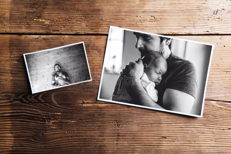 Immagini del padre e del bambino, fondo di legno Giorno di padri fotografia stock libera da diritti