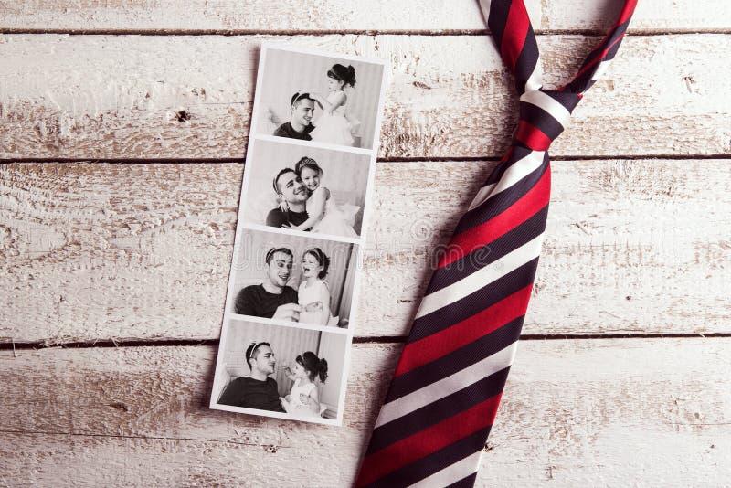 Immagini del padre e della figlia sulla tavola Giorno di padri Colpo dello studio fotografie stock