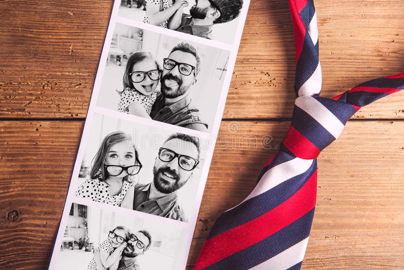Immagini del padre e della figlia sulla tavola Giorno di padri Colpo dello studio immagine stock libera da diritti
