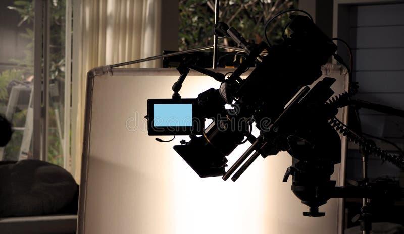 Immagini della siluetta della videocamera nel produc dello studio della pubblicità televisiva fotografia stock