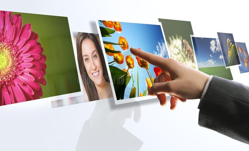 Immagini di raggiungimento della mano dell'uomo sullo schermo immagini stock libere da diritti