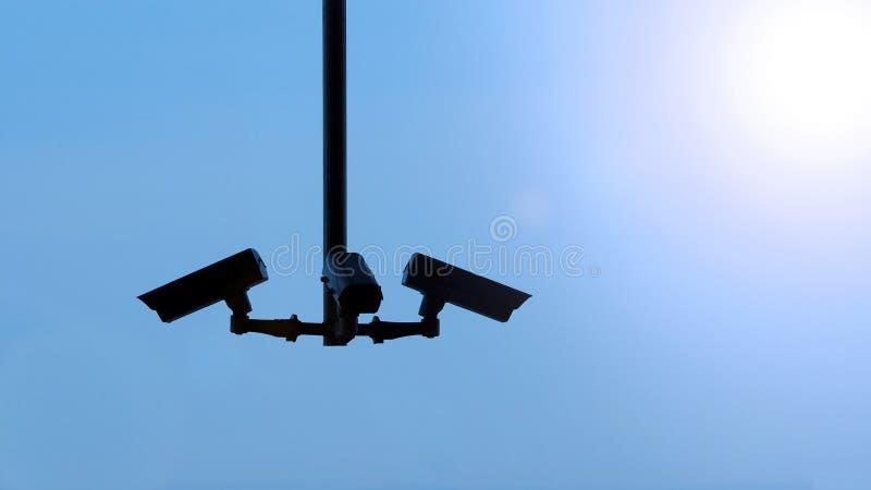 Immagini di Silhoutte di video surveilance del cctv o della videocamera di sicurezza fotografia stock libera da diritti