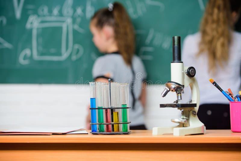 Immer Frage, immer Wunder Chemieforschung im Labor Wissenschaftsexperimente im Labor Biologielabor gl?cklich lizenzfreie stockfotos