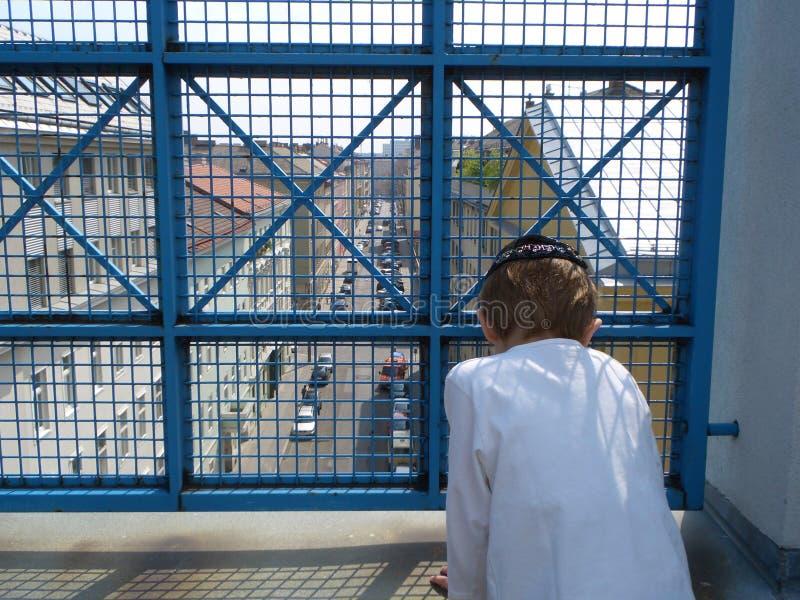 Immer hinter einem Gitter stockfoto