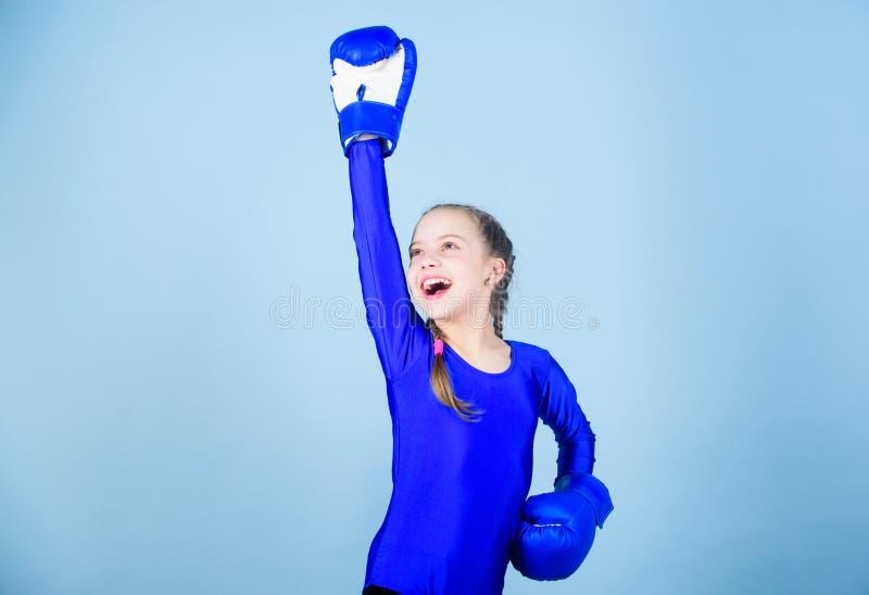 Immer im in guter Verfassung Sporterfolg Sportkleidungsmode Training des kleinen Mädchenboxers lochender Ausscheidungswettkampf k stockfoto