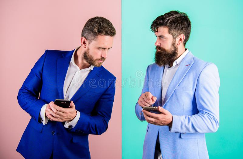 Immer on-line-Konzept Sozialmedia Vermarkten Heutzutage benötigt jeder modernen Gerät Smartphone mit Online-Zugriff stockfotografie