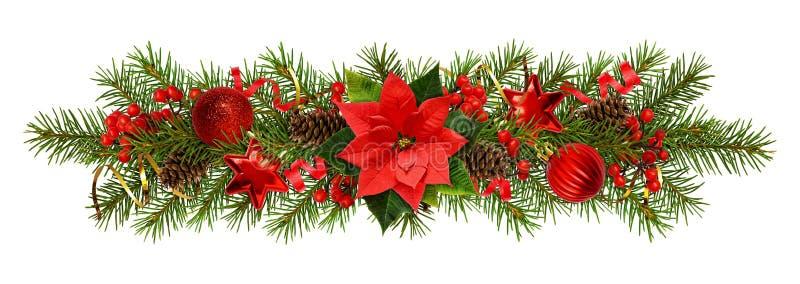 Immergrüne Zweige des Weihnachtsbaums und der Dekorationen in einer festlichen Girlande lizenzfreie stockbilder