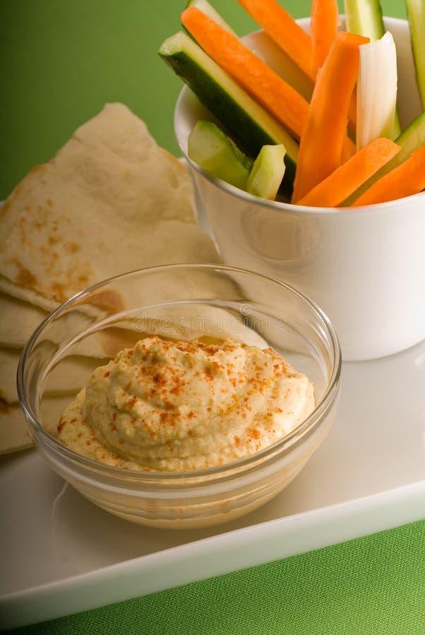 Immersion de Hummus avec le clou à tête perdue et le légume de pita image stock