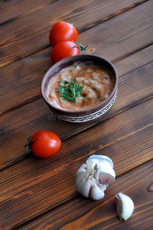 Immersion de tomate avec l'ail et l'aneth photo libre de droits