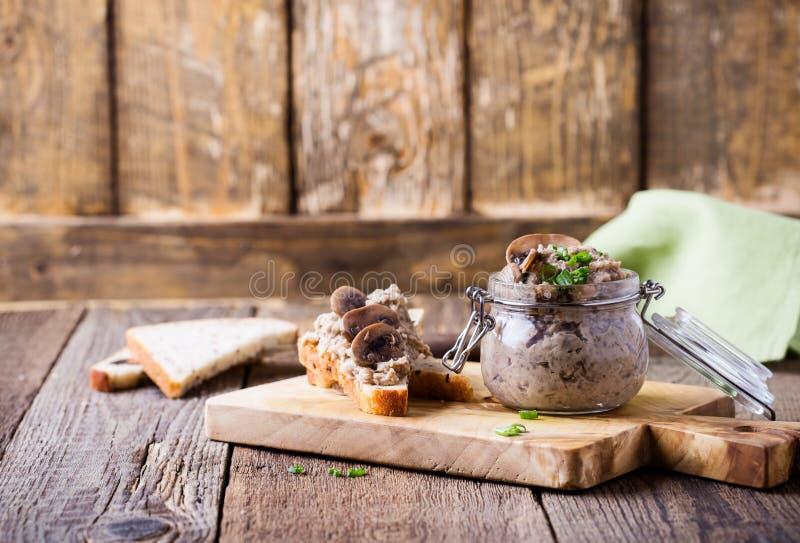Immersione casalinga di fagiolo e del fungo immagine stock
