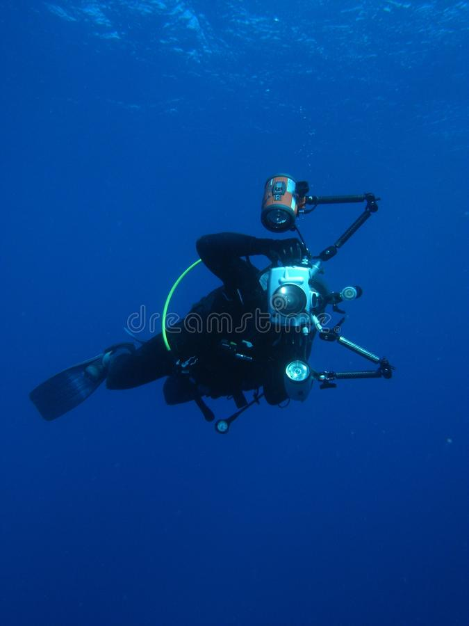 Immersione con bombole subacquea del fotografo dell'uomo immagini stock libere da diritti