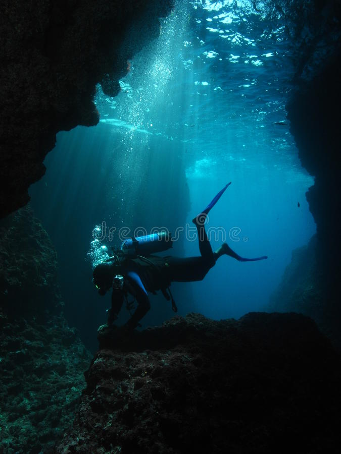 Immersione con bombole subacquea del fotografo dell'uomo fotografie stock