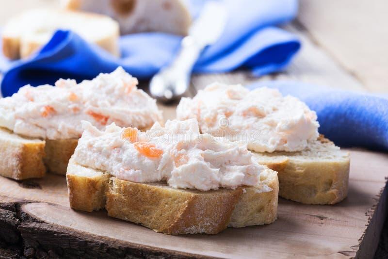 Immersione del salmone affumicato con la ciabatta fotografia stock libera da diritti