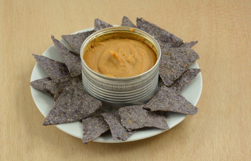 Immersione di fagiolo e chip di tortiglia blu del cereale immagine stock libera da diritti
