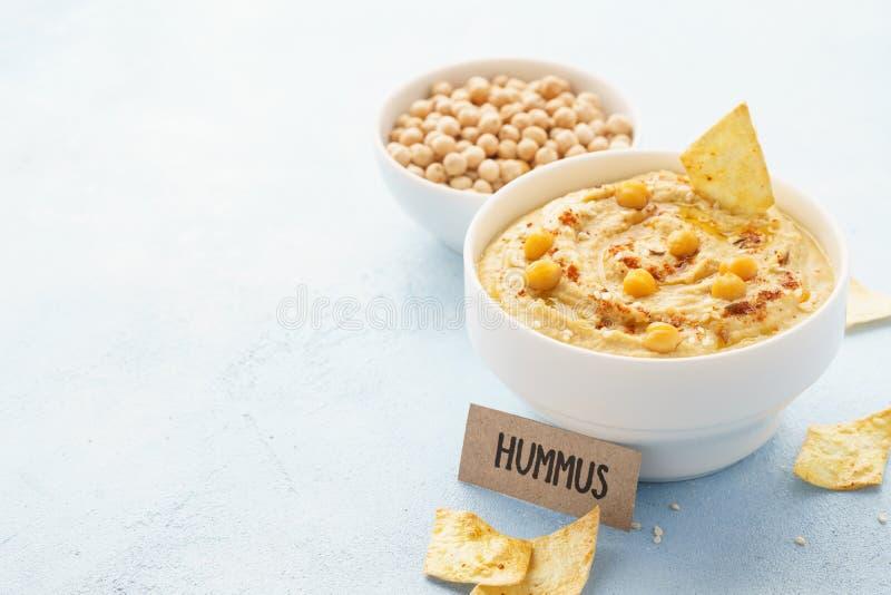 Immersione di hummus servita con i ceci, le patatine fritte e la paprica fotografie stock