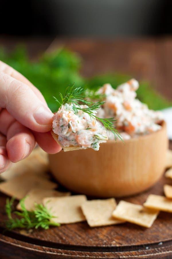 Immersione e del salmone affumicato del formaggio cremoso con i cracker fotografia stock