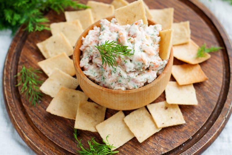 Immersione e del salmone affumicato del formaggio cremoso con i cracker fotografia stock libera da diritti