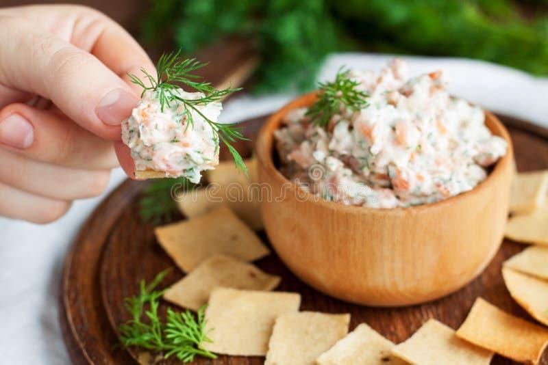 Immersione e del salmone affumicato del formaggio cremoso con i cracker immagine stock libera da diritti