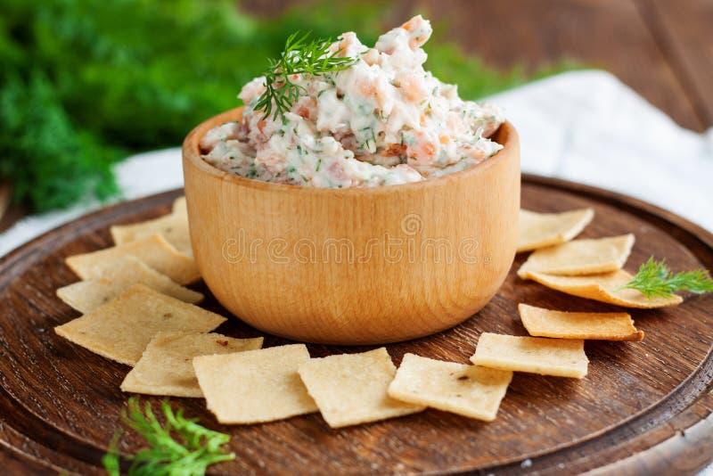 Immersione e del salmone affumicato del formaggio cremoso con i cracker fotografie stock libere da diritti