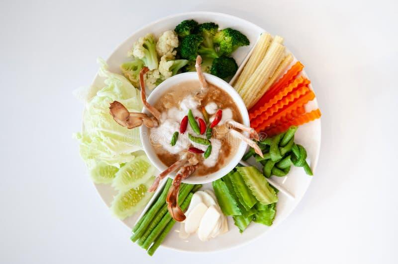 Immersione e verdura tailandesi del latte di cocco dei peperoncini rossi del granchio immagine stock