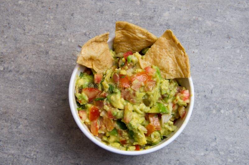 Immersione messicana del guacamole con i chip di cereale fotografia stock