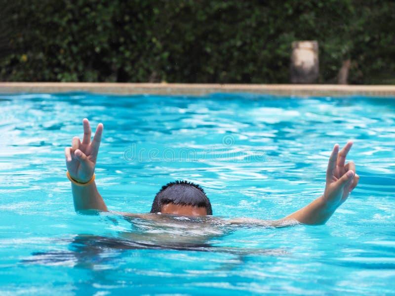 Immersione subacquea attiva del ragazzo e mani di innalzamento nell'aria immagini stock