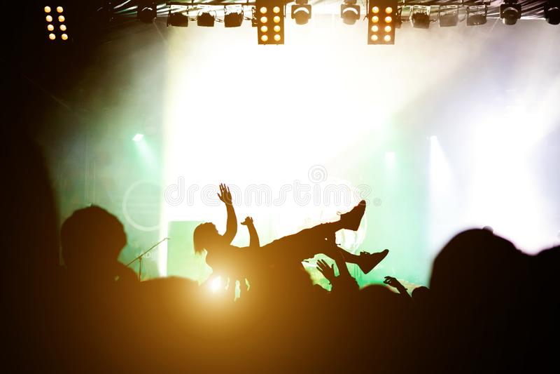 Immersione subacquea della fase Folla che pratica il surfing durante la prestazione musicale immagine stock libera da diritti