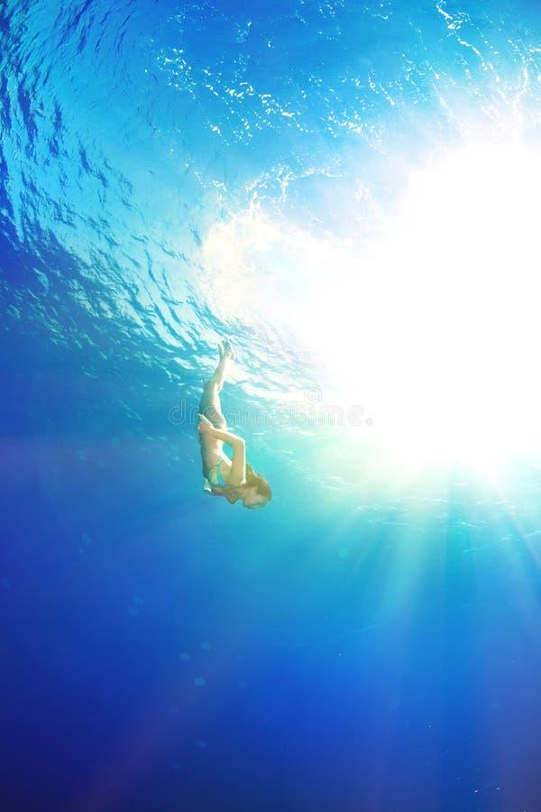 Immersione subacquea della ragazza sotto il mare fotografie stock libere da diritti
