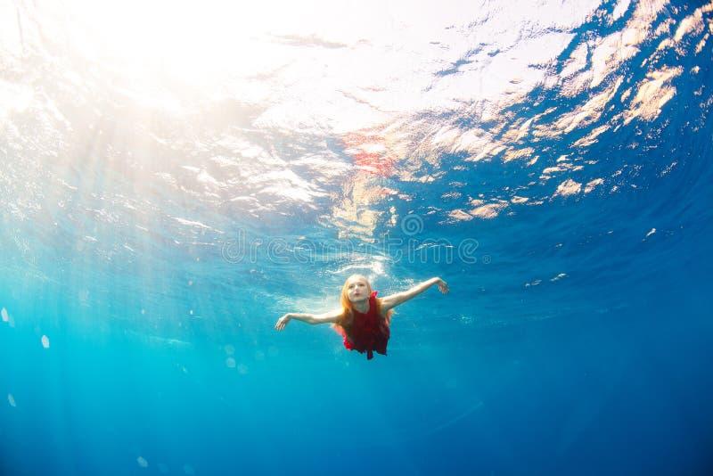 Immersione subacquea della ragazza sotto il mare fotografia stock libera da diritti
