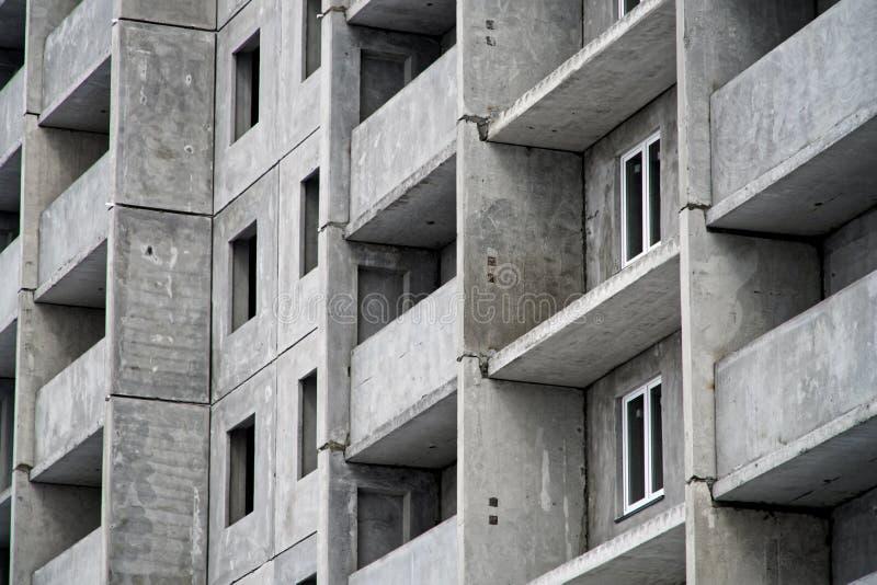 Immeuble à plusiers étages dans les phases finales de construction photographie stock libre de droits
