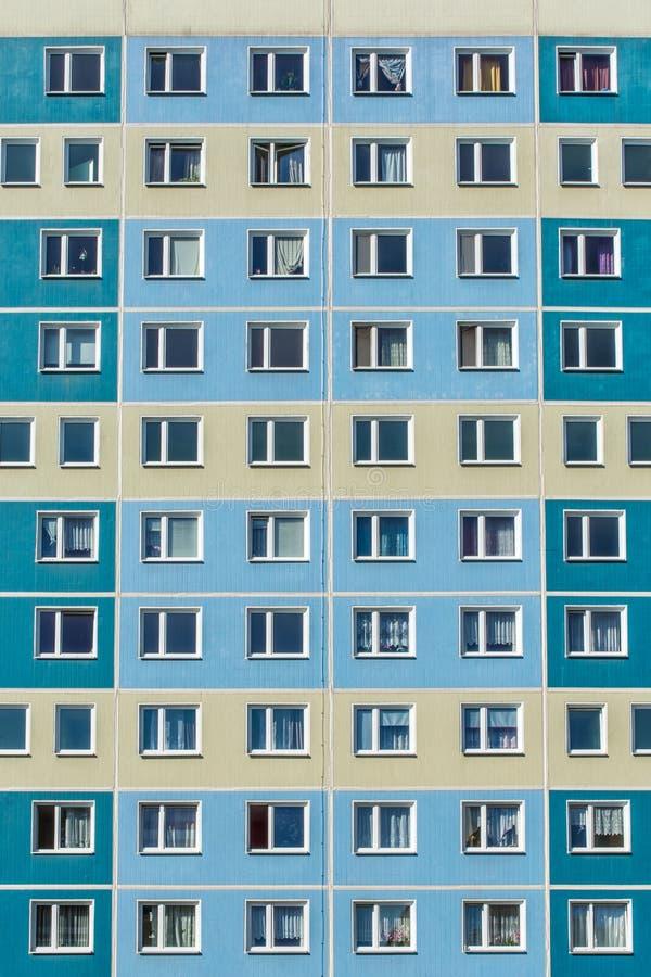 Immeuble énorme dans un voisinage socialement déshérité d'une ville photos libres de droits