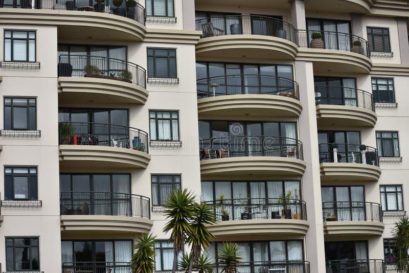 Immeuble avec des balcons images libres de droits