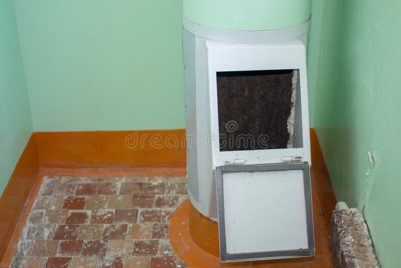 Immeuble avec les appartements bon marché Réutilisation des déchets photographie stock libre de droits