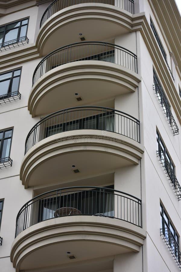 Immeuble avec les balcons arrondis photo stock