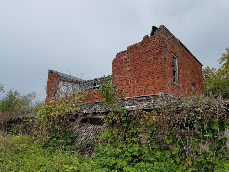 Immeuble de brique abandonné dans un domaine photo libre de droits