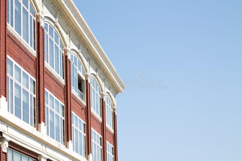Immeuble de brique rouge avec beaucoup de fenêtres images libres de droits