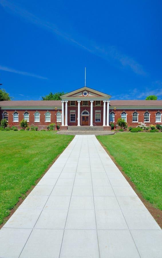 Immeuble de brique rouge classique avec l'entrée blanche grecque de colonne photo libre de droits