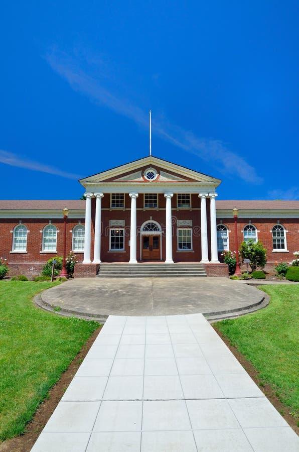 Immeuble de brique rouge classique avec l'entrée blanche grecque de colonne photos libres de droits