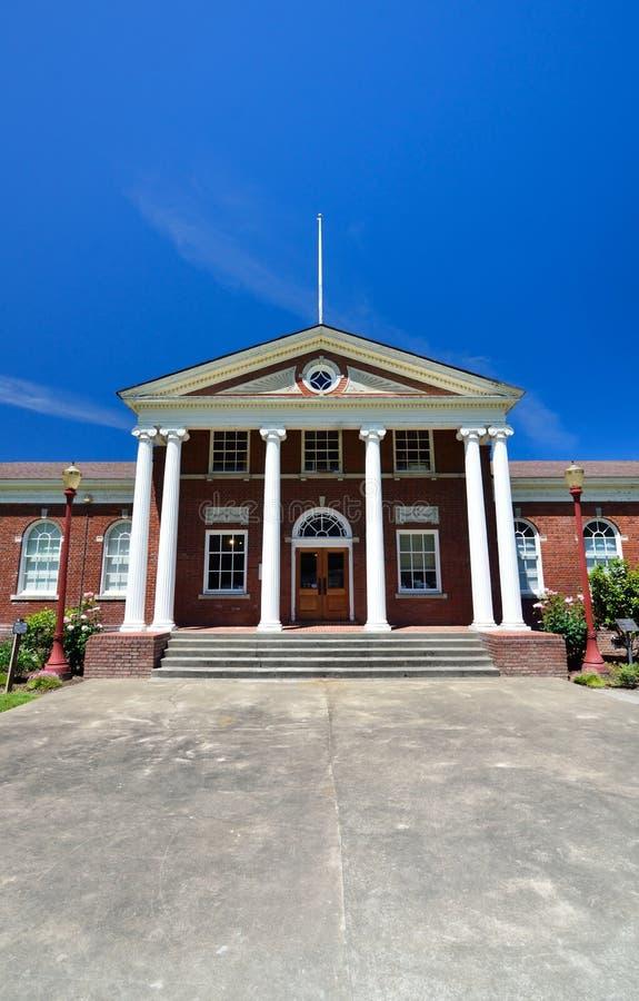 Immeuble de brique rouge classique avec l'entrée blanche grecque de colonne images stock