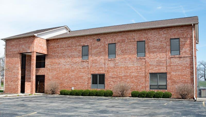 Immeuble de brique rouge contemporain avec des arbustes photographie stock libre de droits