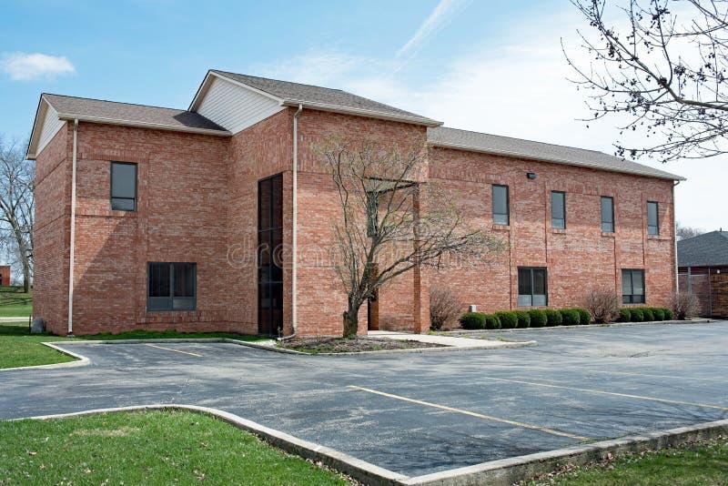 Immeuble de brique rouge contemporain avec le parking photographie stock