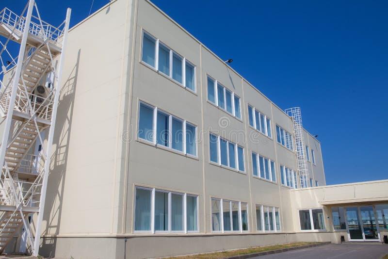 Immeuble de bureaux à trois étages moderne avec une sortie de secours images stock