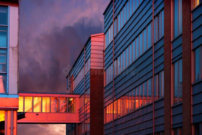 Immeuble de bureaux au coucher du soleil photographie stock libre de droits