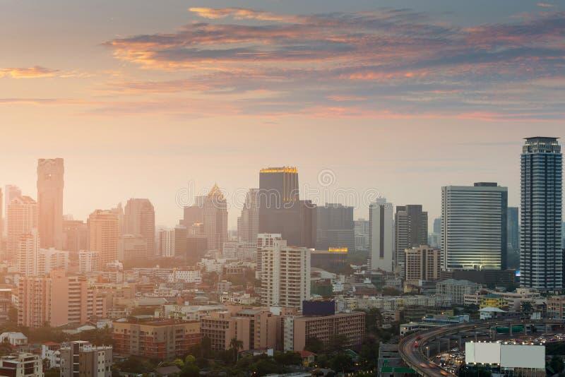 Immeuble de bureaux avec après le fond de ciel de coucher du soleil photographie stock libre de droits
