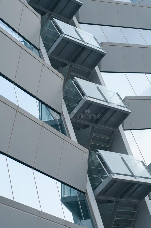 Immeuble de bureaux avec le balcon photographie stock libre de droits